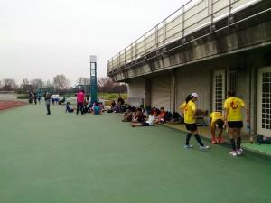 春休みの舎人公園陸上競技場は学生たちで大盛況