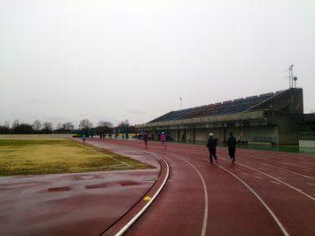 2017/03/15の舎人公園陸上競技場は雨だというのに朝から学生たちでいっぱい
